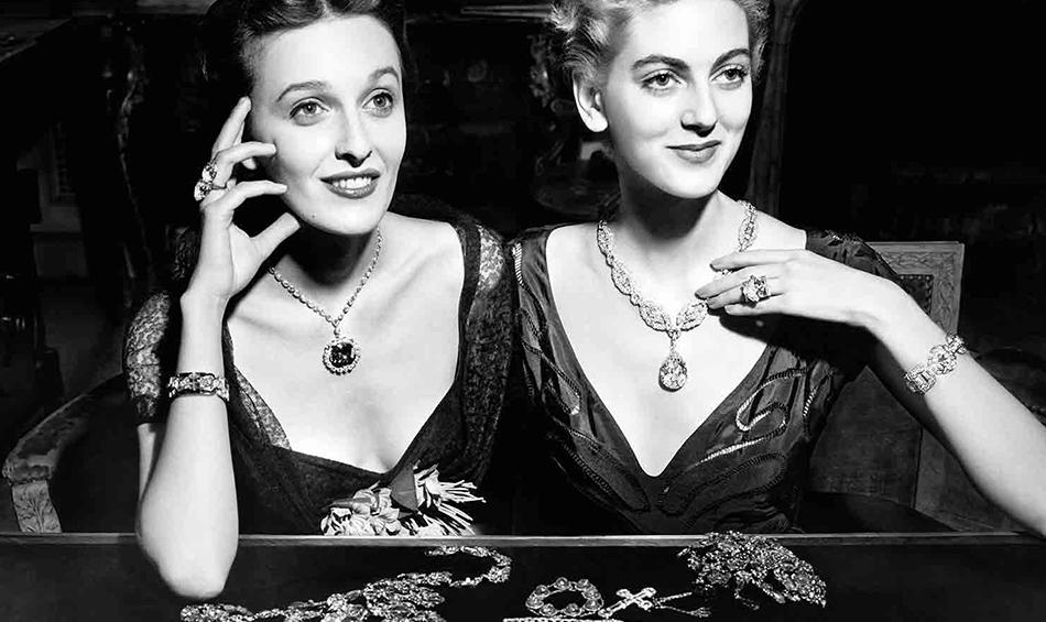 Evalyn Walsh McLean (po lewej) w naszyjniku z diamentem Hope