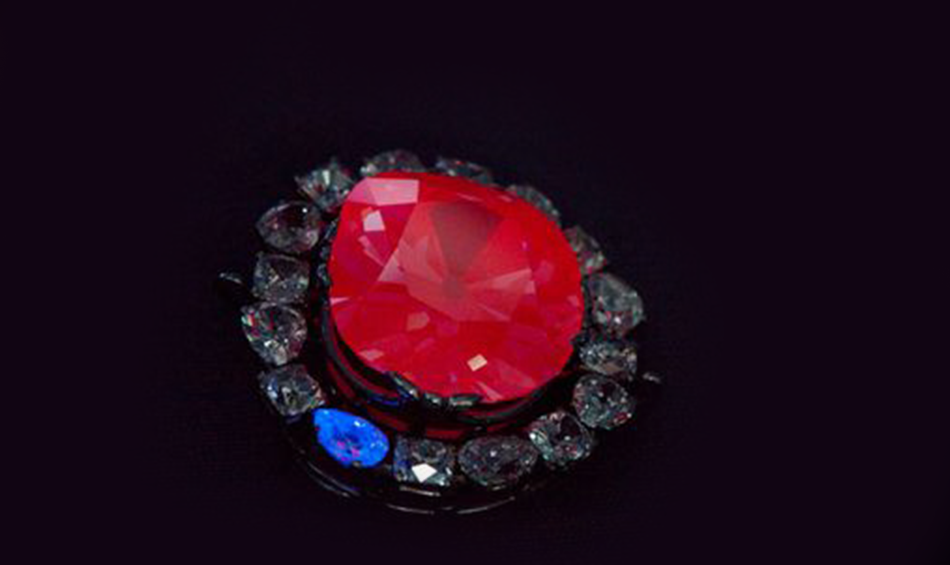 Czerwona luminescencja diamentu Hope.