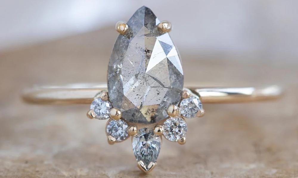Szare diamenty w biżuterii ( via Alexis Russel)