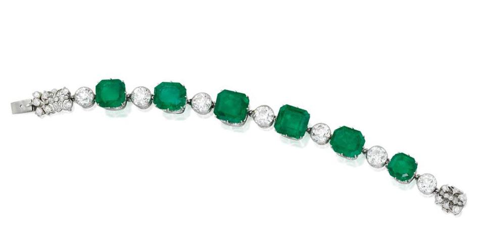 Zjawiskowa bransoleta z diamentami i szmaragdami sprzedana za 327.600 USD.  (via Sotheby's)